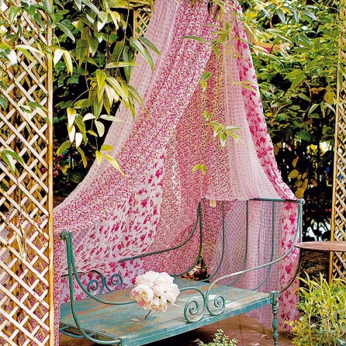 ideas-of-fabric-decor-in-your-garden-1-500x500